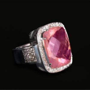Anillo de oro blanco con Cuarzo facertado rosa y diamantes